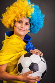Football fan with ukrainian flag on a black background — Stock fotografie