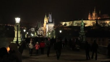PRAGUE, CZECH REPUBLIC: Tourists on Charles Bridge — Stock Video