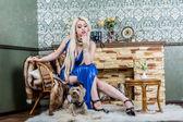 Luxusní blondýnka v bílých šatech s pes pekingese — Stock fotografie