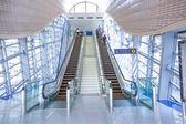 Automatische treppen an der dubai metro station — Stockfoto