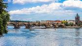 Karlov of charles bridge en rivier vltava in praag — Stockfoto