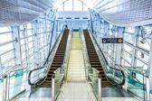 Escalier automatique à la station de métro de dubaï — Photo