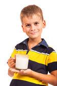 Chico guapo está bebiendo leche en blanco — Foto de Stock