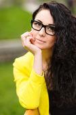 若い笑顔の美しい女性の肖像画 — ストック写真