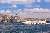 Ferryboat in Istanbul Turkey transporting people — Stockfoto