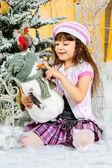 Menina pequena feliz tenha um natal — Foto Stock