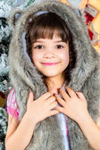 Söt liten glad flicka poserar i en pälsmössa. — Stockfoto