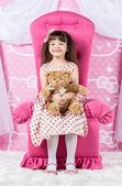 Menina abraçando ursinho — Foto Stock
