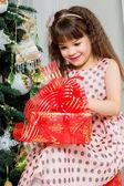 Bambina felice con natale presente sorridente — Foto Stock