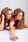 Två flickor tvillingar — Stockfoto
