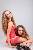 Gemelos de dos chicas — Foto de Stock