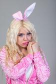 Mujer vestida con un traje de conejo rosa — Foto de Stock