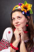Atrakcyjna kobieta nosi strój ukraiński — Zdjęcie stockowe