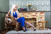 Blonde woman in a blue dress — Stockfoto