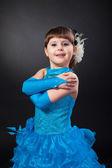 微笑公主裙双手的小女孩 — 图库照片