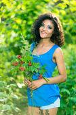 Mulher feliz com buquê de flores da Primavera — Fotografia Stock