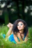 Genç kadın dinlenmek midesini çim üzerinde yalan — Stok fotoğraf