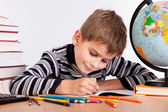 かわいい少年の書き込み — ストック写真
