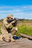 Soldaten mit einem Gewehr — Stockfoto