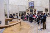 "Visitors take photo of Leonardo DaVinci's ""Mona Lisa"" at the Lou — Stock Photo"