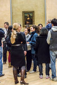 "Visitors take photo of Leonardo DaVinci's ""Mona Lisa"" at the Lou — Stock Photo"