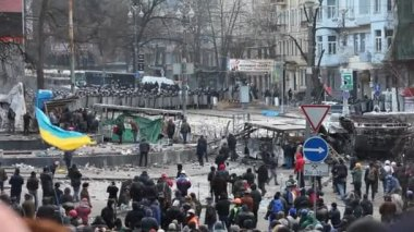"Protest against ""Dictatorship"" in Ukraine turns violent on Euromaydan in Kiev — Stock Video"