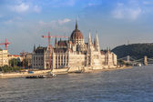 Chain Bridge and Hungarian Parliament — Stock Photo