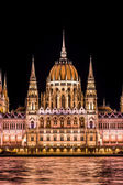 Budapest Parliament building at twilight. — Stock Photo