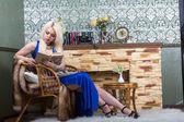 Lussuosa donna bionda in un abito blu — Foto Stock