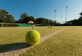 Bir kortta tenis topu — Stok fotoğraf