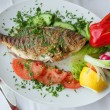 Fried fish with vegetables — Stockfoto