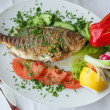 Fried fish with vegetables — Stock fotografie