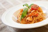 Pâtes aux crevettes et sauce tomate — Photo