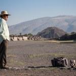 hombre en la Avenida de los muertos en Teotihuacán — Foto de Stock