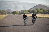 Bike riders on the Avenue of the Dead in Teotihuacan — Stok fotoğraf