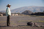 Man on the Avenue of the Dead in Teotihuacan — Stok fotoğraf