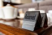 Signos de mesa reservada — Foto de Stock