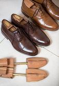 Brown men's shoes and shoe stratchers — Φωτογραφία Αρχείου