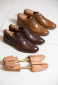 Brown men's shoes and shoe stratchers — 图库照片