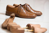 Handmade shoes and shoe stratchers — Стоковое фото