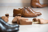 Brown men's shoes and shoe stratchers — Zdjęcie stockowe
