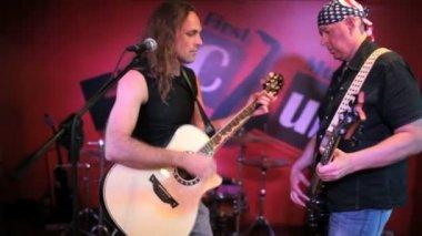 ミュージシャンのギターを弾く — ストックビデオ