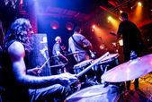 Gioco di musicisti sul palco — Foto Stock