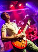 Musiker spelar en gitarr — Stockfoto