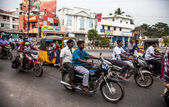 Jinetes indios montar motocicletas de carretera muy transitada — Foto de Stock