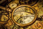 Lente d'ingrandimento d'epoca si trova una mappa del mondo antico — Foto Stock
