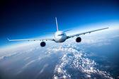 Avión de pasajeros en el cielo — Foto de Stock