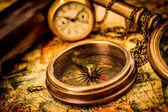 Vendimia brújula se encuentra en un antiguo mapa del mundo. — Foto de Stock