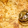 在古代世界地图上的复古罗盘谎言 — 图库照片