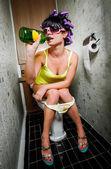 Garota senta-se numa casa de banho — Fotografia Stock